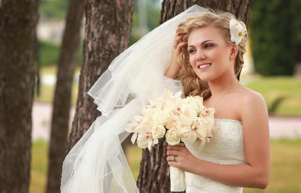 Романтичная невеста: распущенные длинные блестящие волосы (рис. 19)