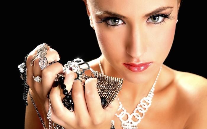 Выберите последнее из модных драгоценностей в онлайн-магазине (рис. 1)
